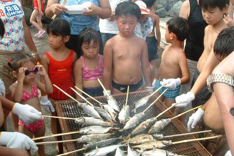 熱川海岸 ちびっこフェスタ魚のつかみ取りバーベキュー大会